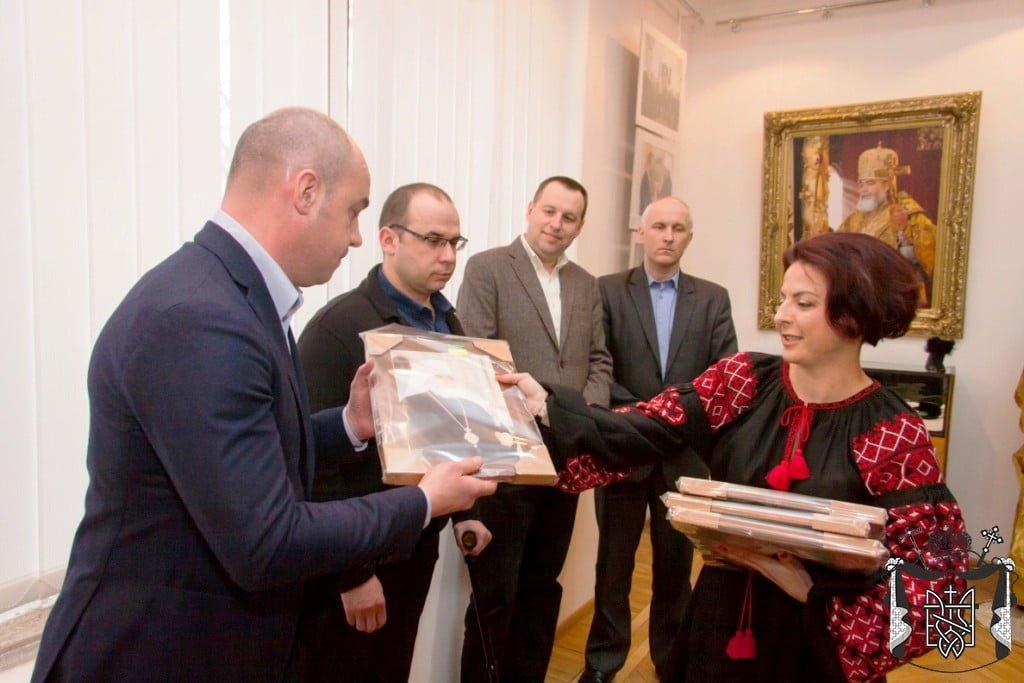 Наталія Шевчук вручає памя`тні подарки
